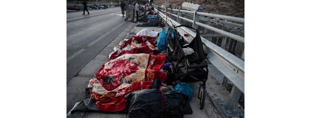 Désormais, des centaines de familles dorment dehors, sur la route.