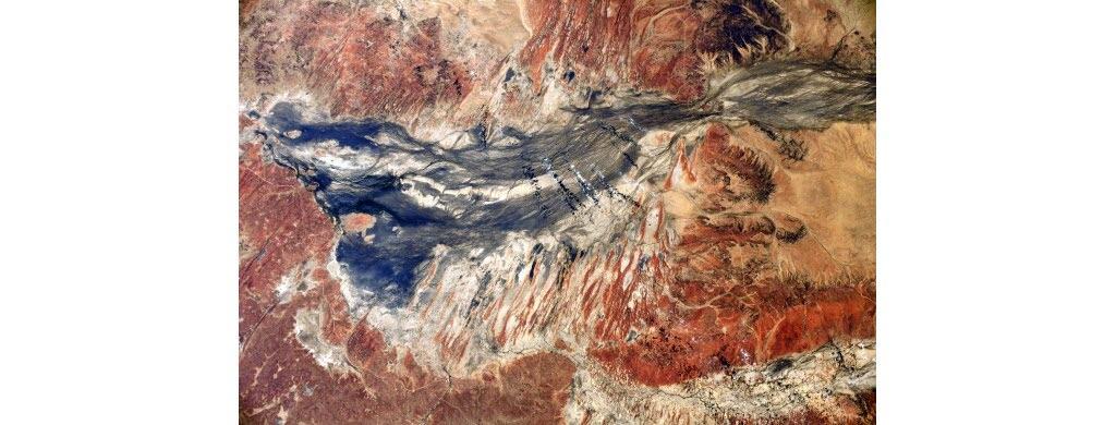 Toutes ces couleurs composent les paysages de l'Australie. À l'intérieur du continent, des roches rouges et des lacs bleu et blanc.
