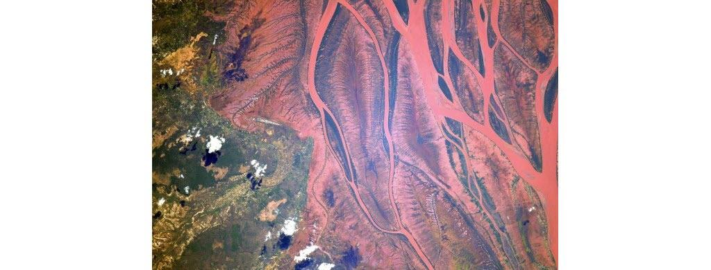 Au large de la côte sud-est de l'Afrique, se trouve une île immense : Madagascar. Ces bandes rouges sont celles de la rivière Betsiboka, qui s'étend sur des dizaines de kilomètres.