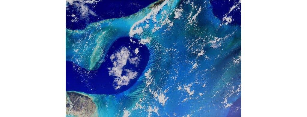 Direction les Caraïbes, une région du monde située entre l'Amérique centrale et l'Amérique du Sud, dans le Golfe du Mexique. Sur cette photo, tu peux admirer le bleu de la mer au large des îles des Bahamas.