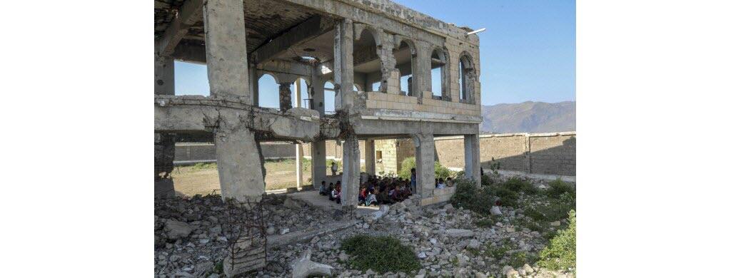Murs pulvérisés par les bombes, toits en miettes : l'école Al-Wehdah, dans les environs de Taëz, ressemble à un champ de ruines à la rentrée scolaire au Yémen, pays dévasté par six ans de guerre.