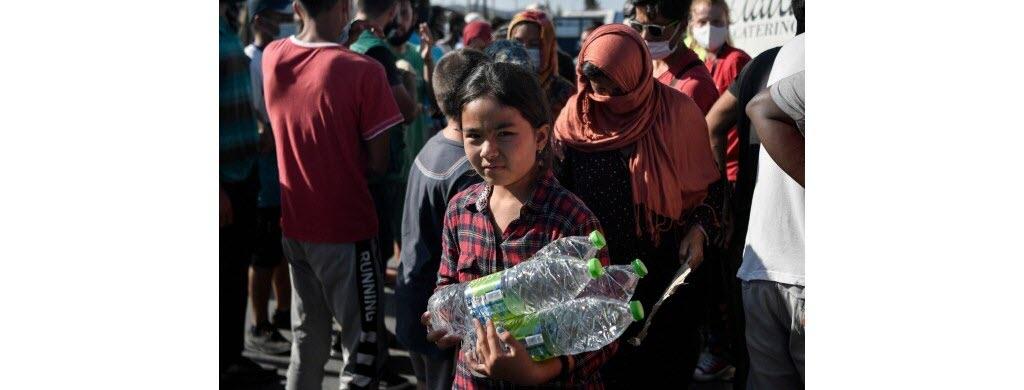 Des associations tentent d'aider les migrants en leur distribuant de l'eau et de la nourriture.
