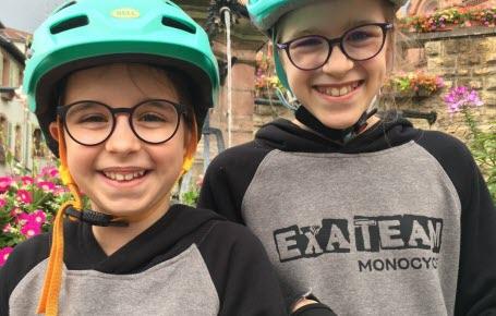 Élise et Emma s'éclatent sur une roue