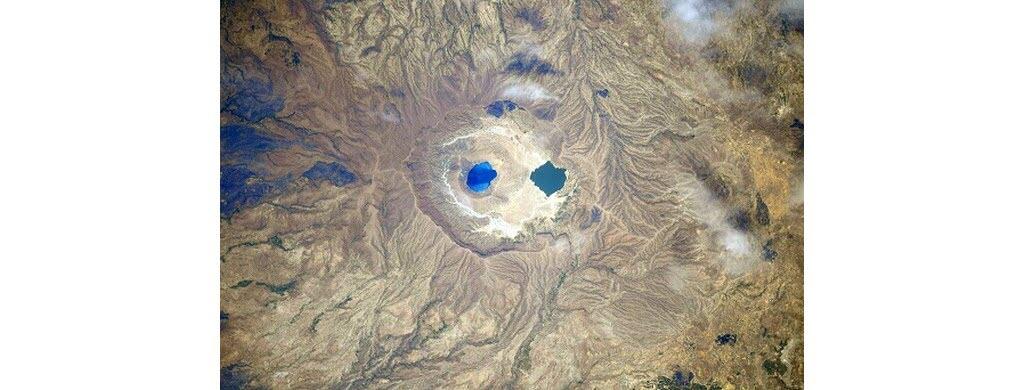Quelque part entre le Soudan et le Tchad, dans une région rocheuse, se trouvent ces deux lacs d'un bleu différent.