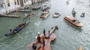 Drôle de gondole à Venise!