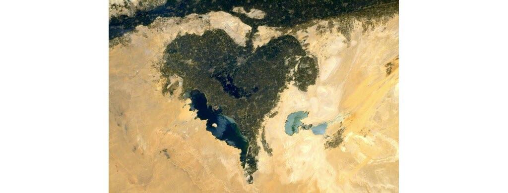 Toi aussi, tu vois un cœur sur cette photo ? Il s'agit en réalité d'une oasis, une étendue d'eau située dans le désert Libyque (Afrique), qui s'étend sur l'ouest de l'Égypte, l'est de la Libye et le nord-ouest du Soudan.