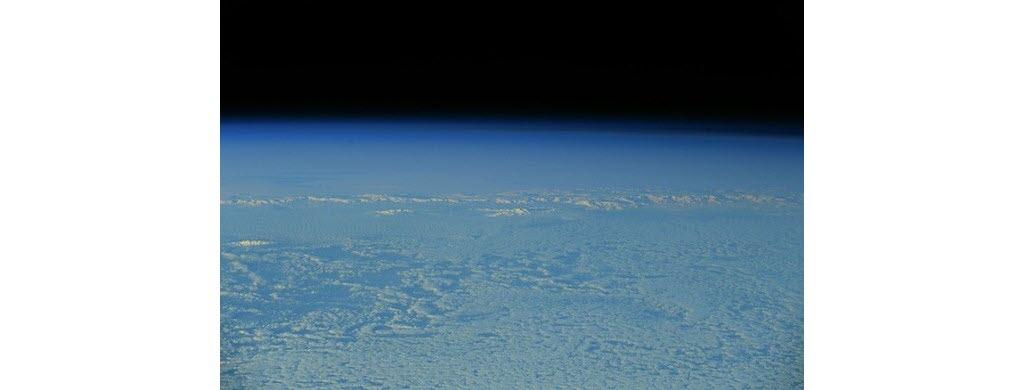 Dernière étape de ce tour du monde vu du ciel, l'Antarctique ! Ce continent ressemble à un nuage, tant la glace blanche qui le forme s'étend à perte de vue.