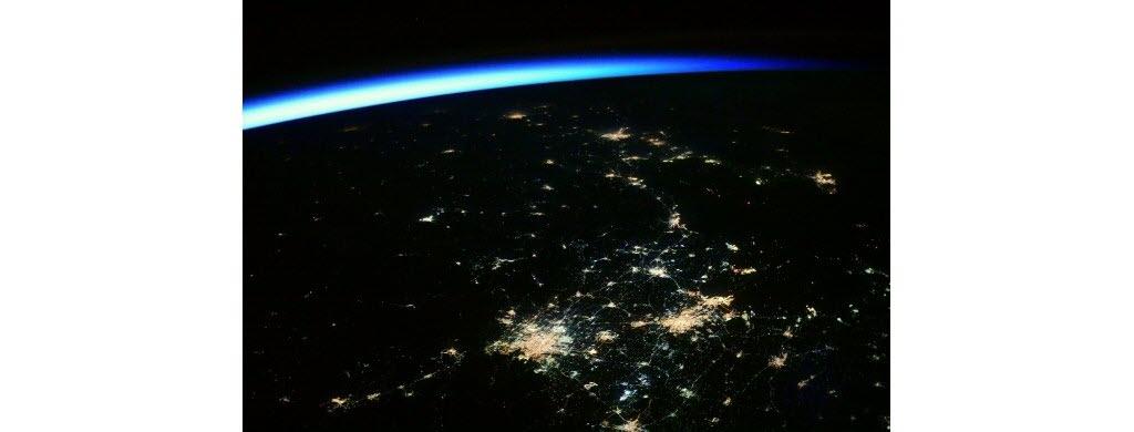 Toutes ces lumières illuminent les villes chinoises de Beijing et Tianjing la nuit. Au loin, la lueur du soleil, qui réveillera bientôt les habitants.