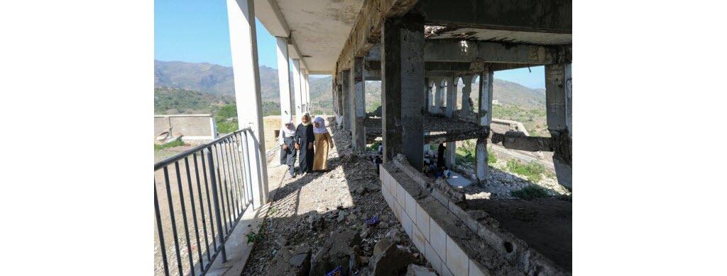L'école Al-Wehdah détruite en partie par un bombardement en 2016, est située au milieu d'un champ de mines [des bombes qui explosent si on marche dessus] qui a été nettoyé au fur et à mesure pour permettre le retour des élèves.
