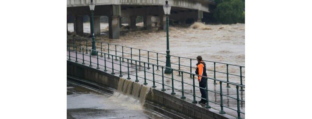 La Meuse sort de son lit à Liège, en Belgique. (Photo AFP)